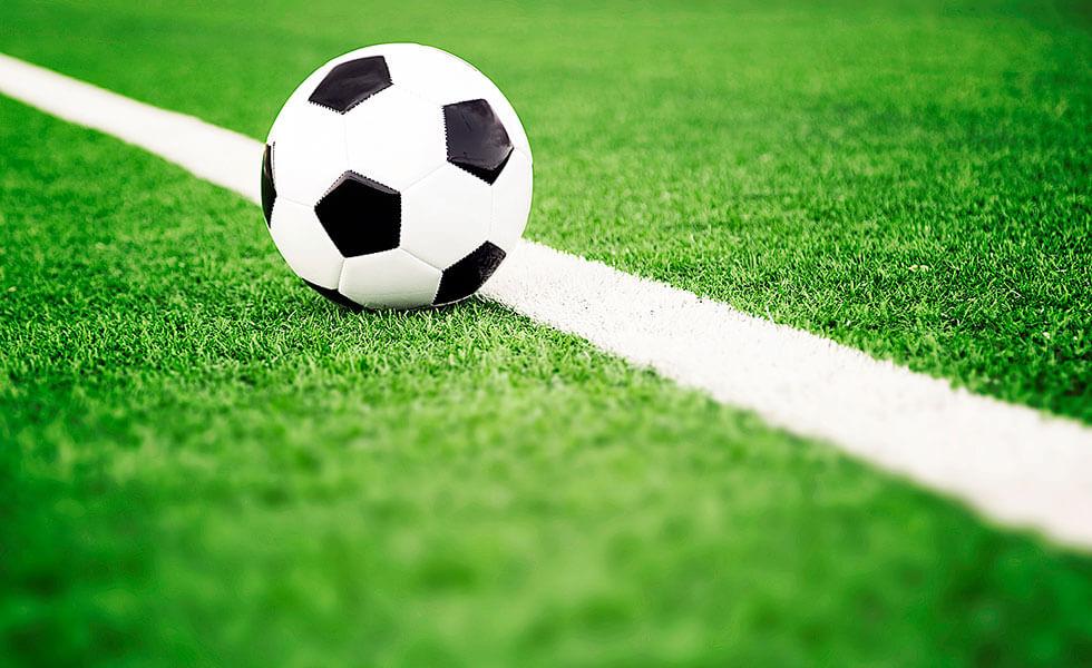 Fußball auf der weißen Linie im Stadion