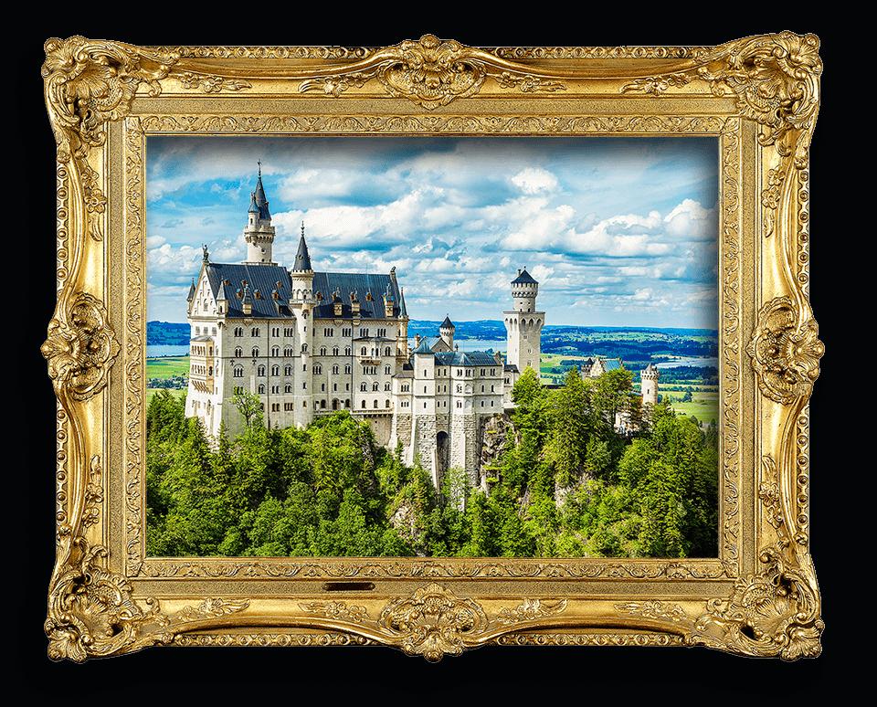 Schloss Neuschwanstein als Ansicht in einem goldenen Rahmen