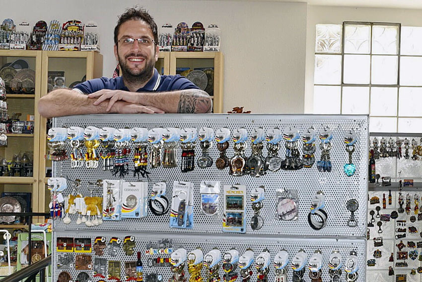 Tobias Rahm der Handelsagentur in Löffingen steht vor Angeboten für den Souvenirhandel